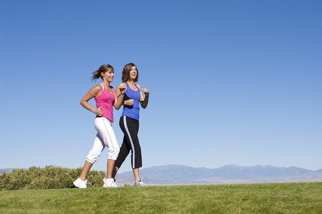 Đi bộ cũng là một phương pháp giảm huyết áp tự nhiên hiệu quả